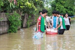 youth_volunteers_deliver_water_to_flood_affected_homes_in_gyet_poung_chan_3_july_13_afternoon