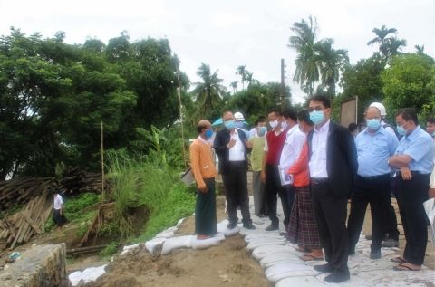 Union Minister U Thant Sin Maung inspects Nyaungdon embankment project